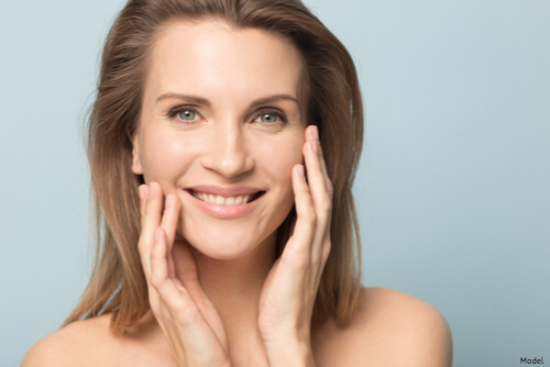 Woman with smooth skin thanks to Enviorn